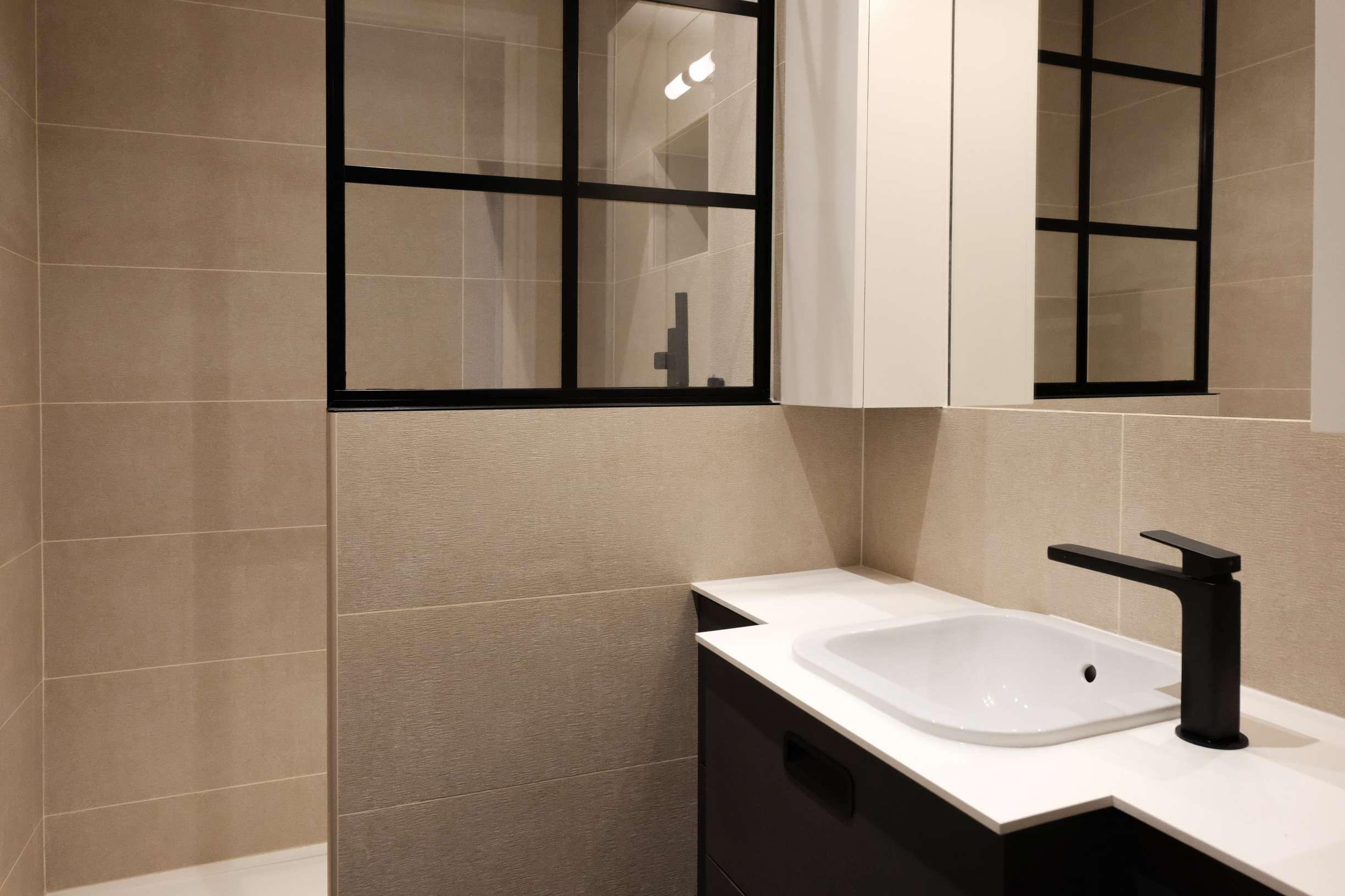 Cloison de séparation entre la douche et le meuble vasque
