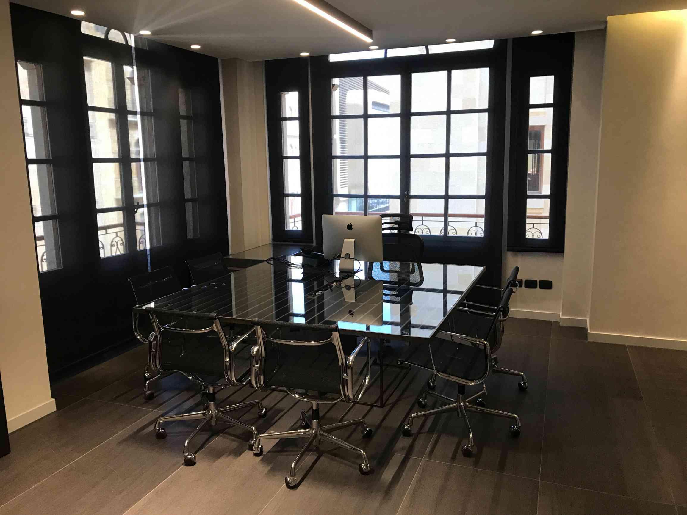 Bureau / Table de réunion du directeur.