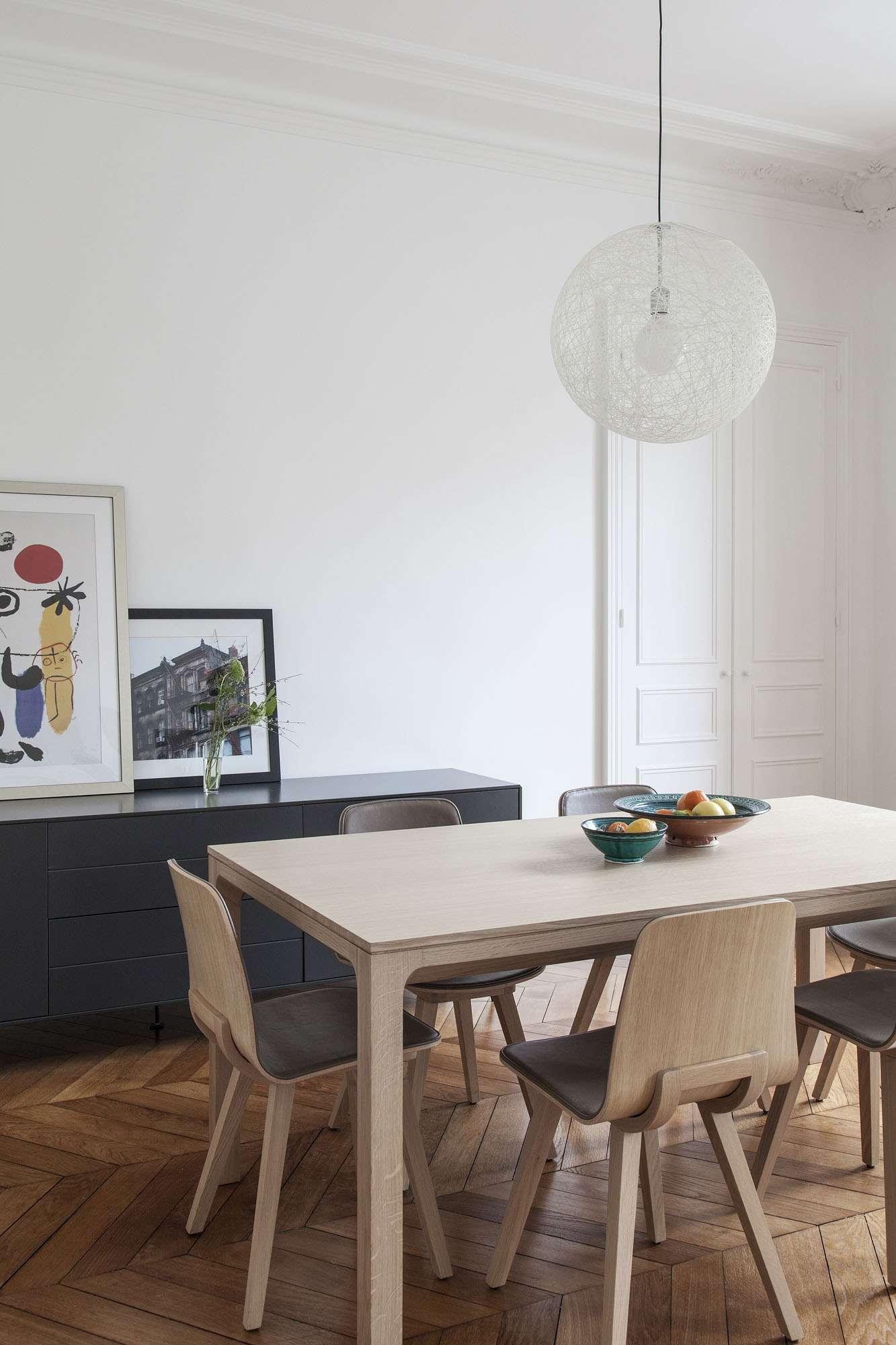 Une salle à manger simple et épurée