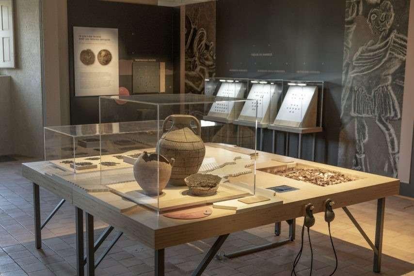 """Mobilier exposition """"Les trésors de Loire-Atlantique"""""""