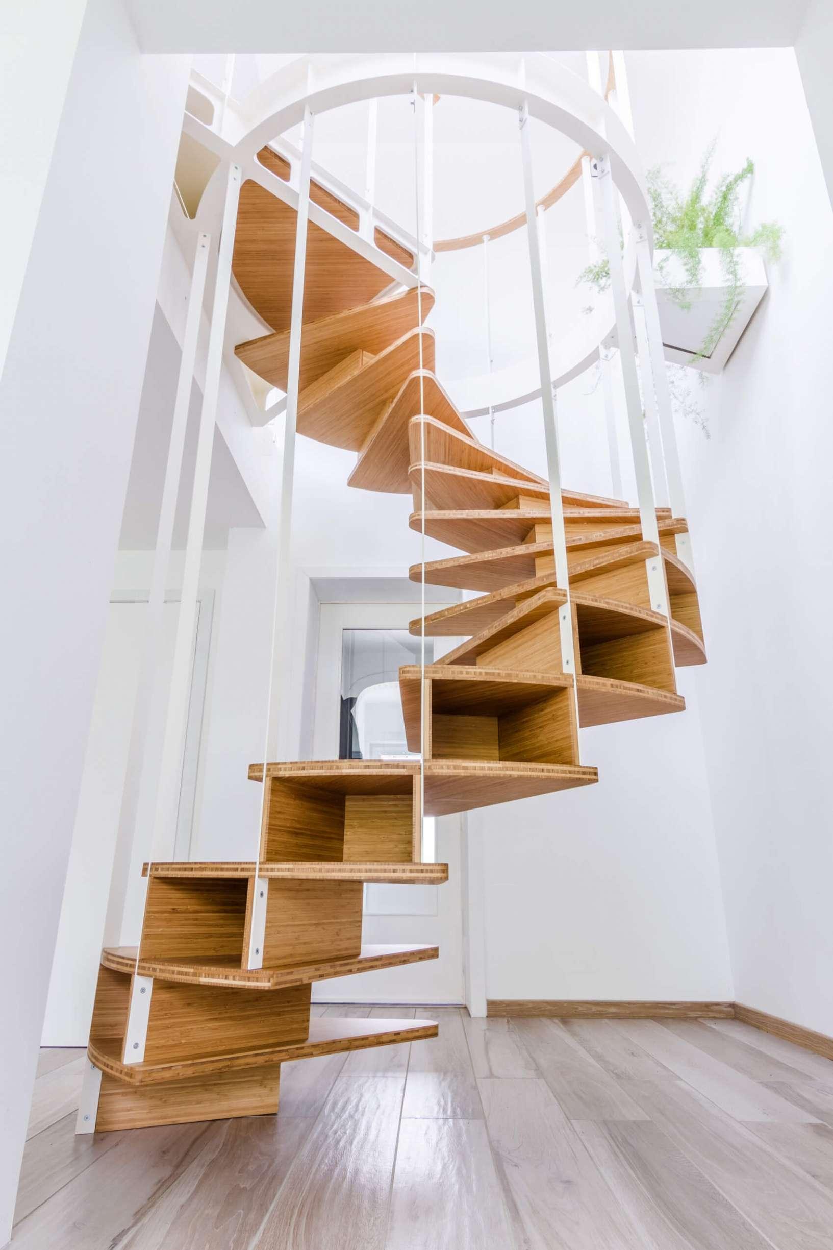 Escalier colimaçon suspendu et rambarde OLMO