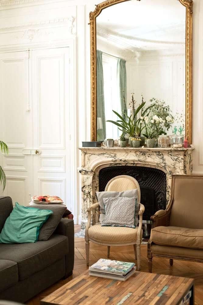 Salon classique avec parquet point de Hongrie et cheminée en marbre
