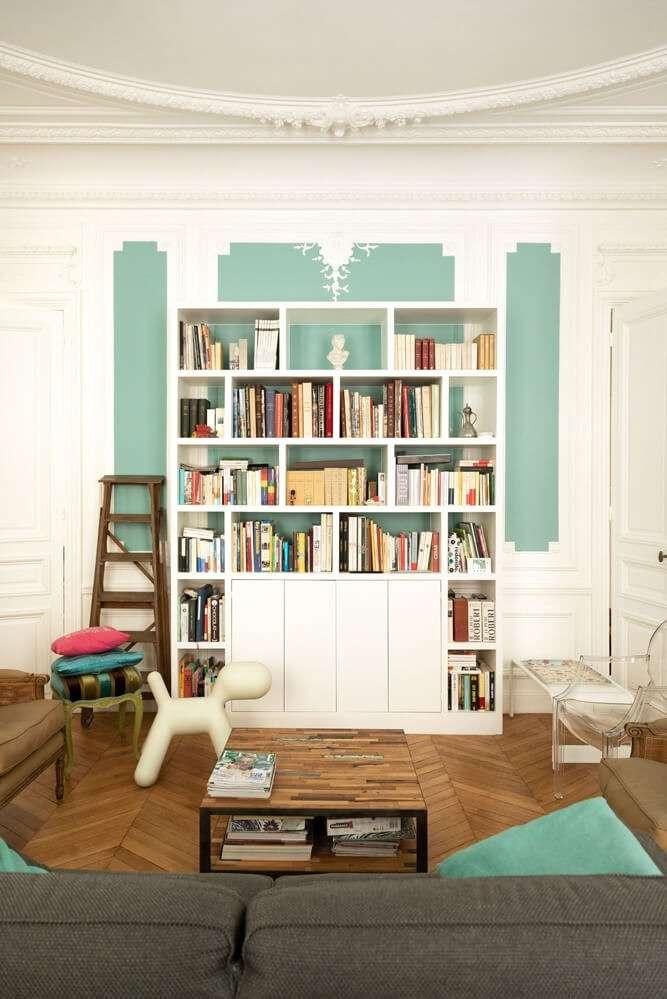 Salon avec bibliothèque sur mesure et moulures