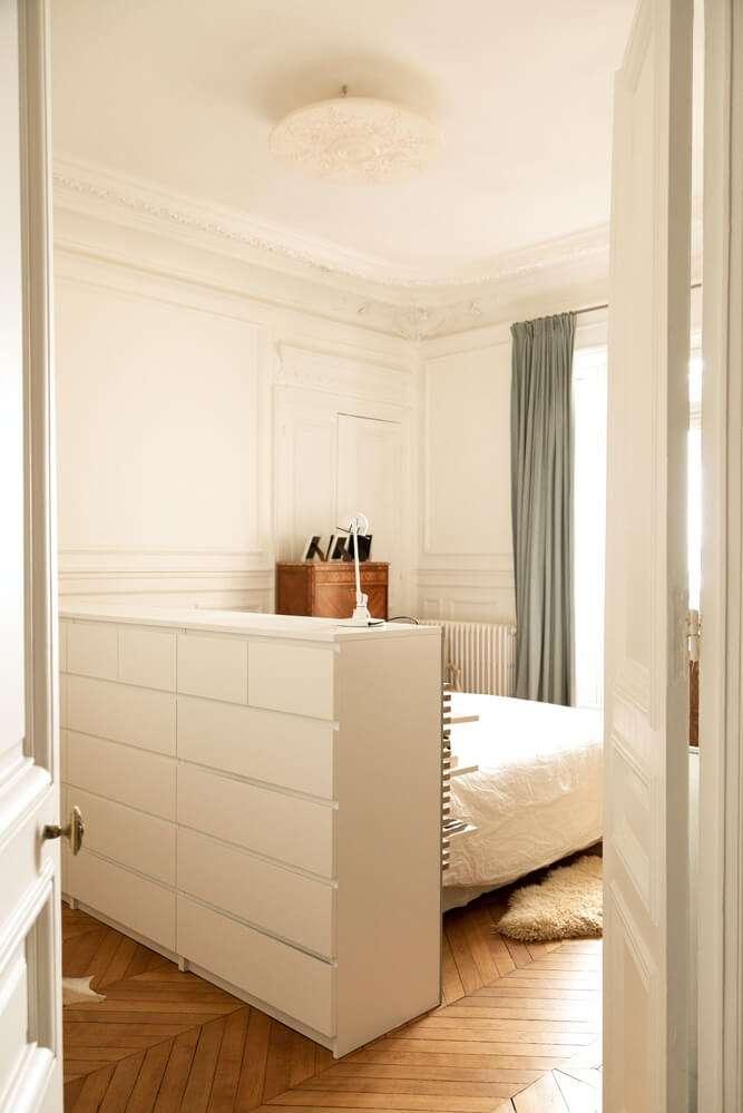 Tête de lit transformée en rangements astucieux