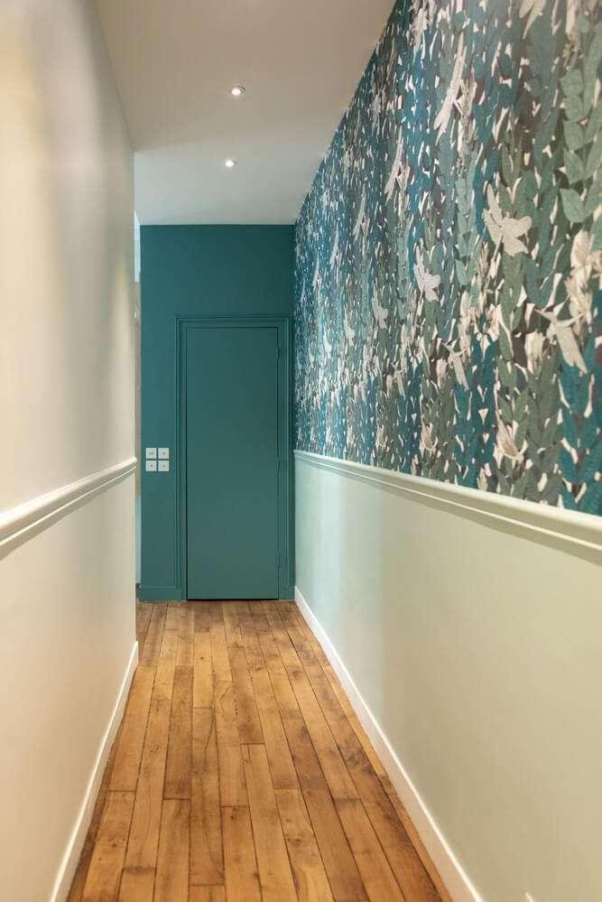 Couloir avec papier peint végétal tendance