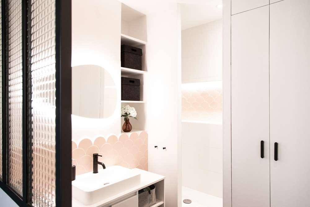 Salle d'eau design rose poudré avec verrière