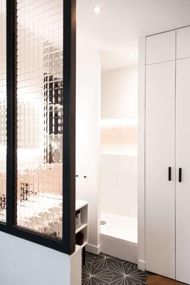 Salle de bain avec verrière d'atelier et carrelage rose