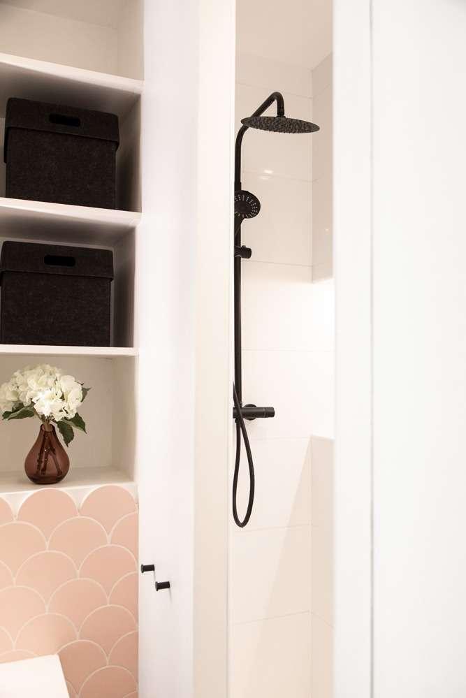 Douche avec robinetterie noir mat et rangements sur mesure