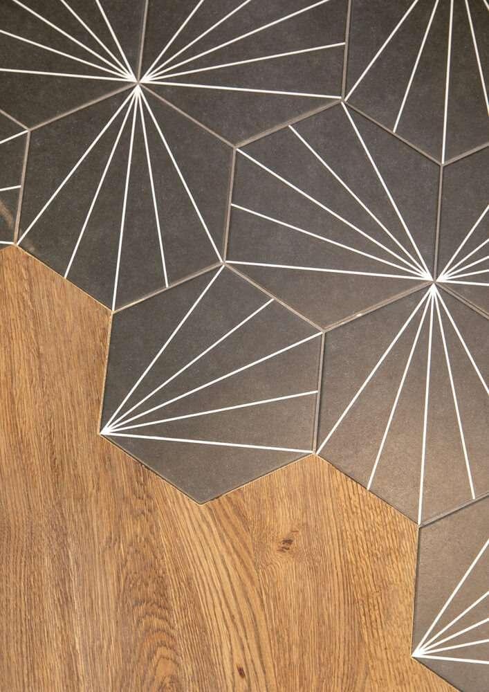 Détail de sol avec découpe du parquet pour carreaux de ciment