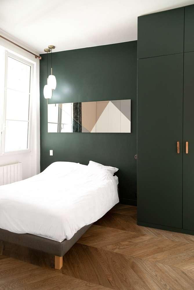 Chambre graphique peinte en vert forêt avec placard sur mesure
