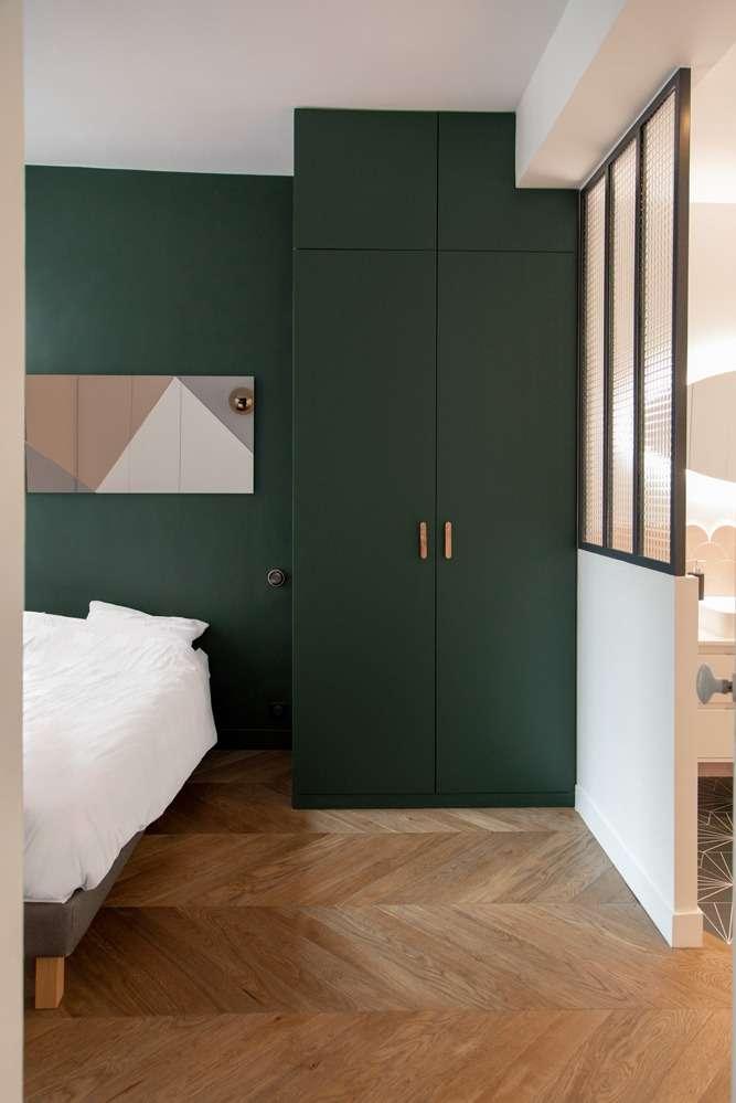 Chambre avec menuiserie sur mesure et salle de bain