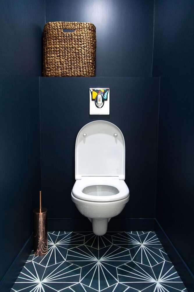 WC moderne peint en bleu nuit et carreaux de ciment