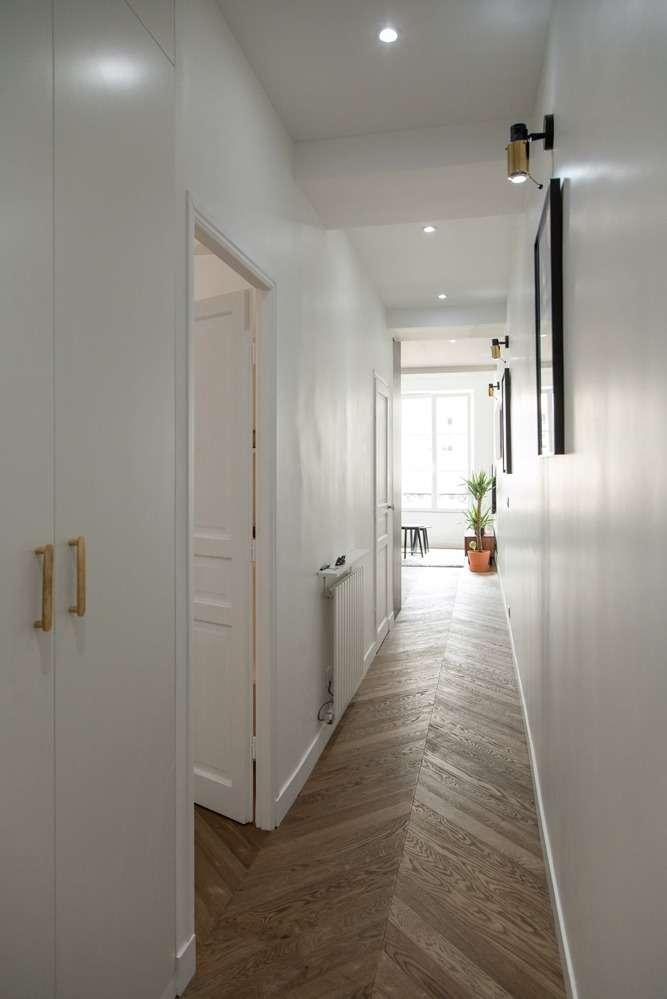 Couloir blanc avec très beau parquet en point de Hongrie