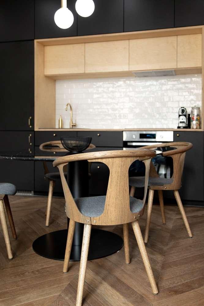 Salle à manger moderne ouverte sur la cuisine noire