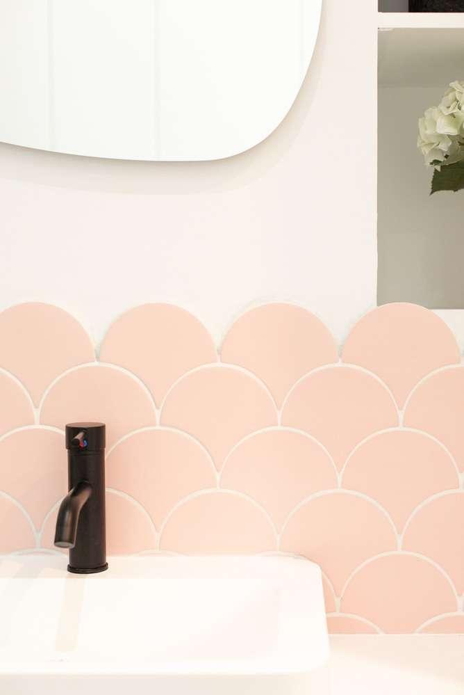Vasque moderne avec carrelage rose poudré
