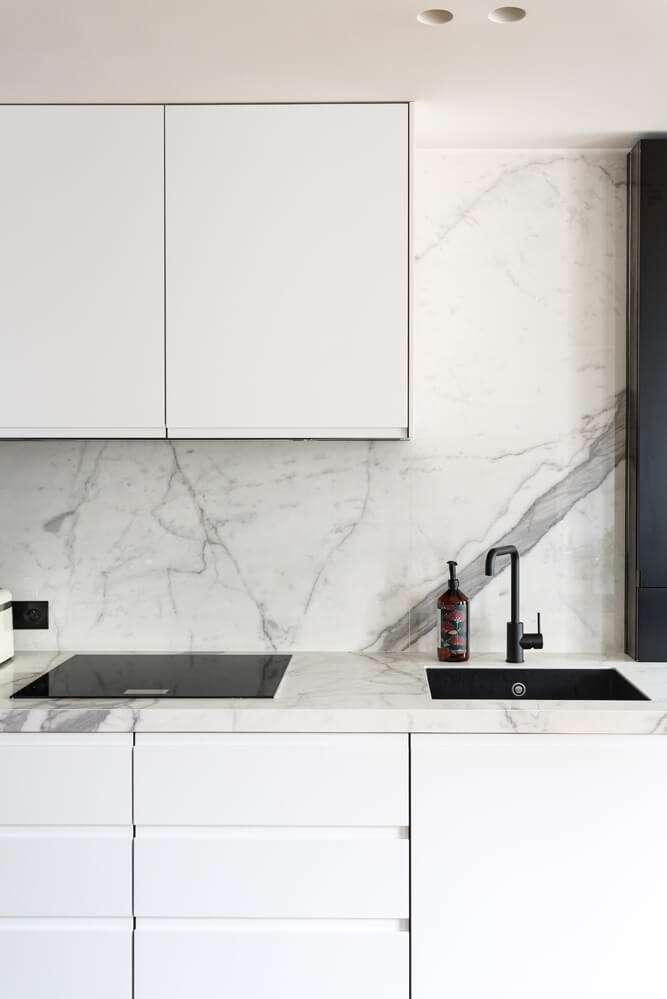 Cuisine sur mesure en marbre blanc