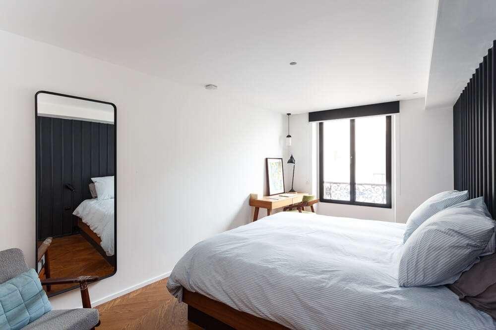 Chambre design avec parquet en point de Hongrie
