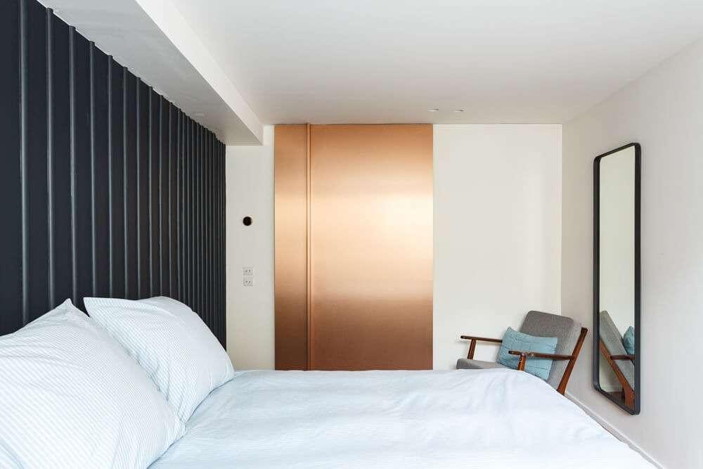 Chambre contemporaine avec porte coulissante en cuivre