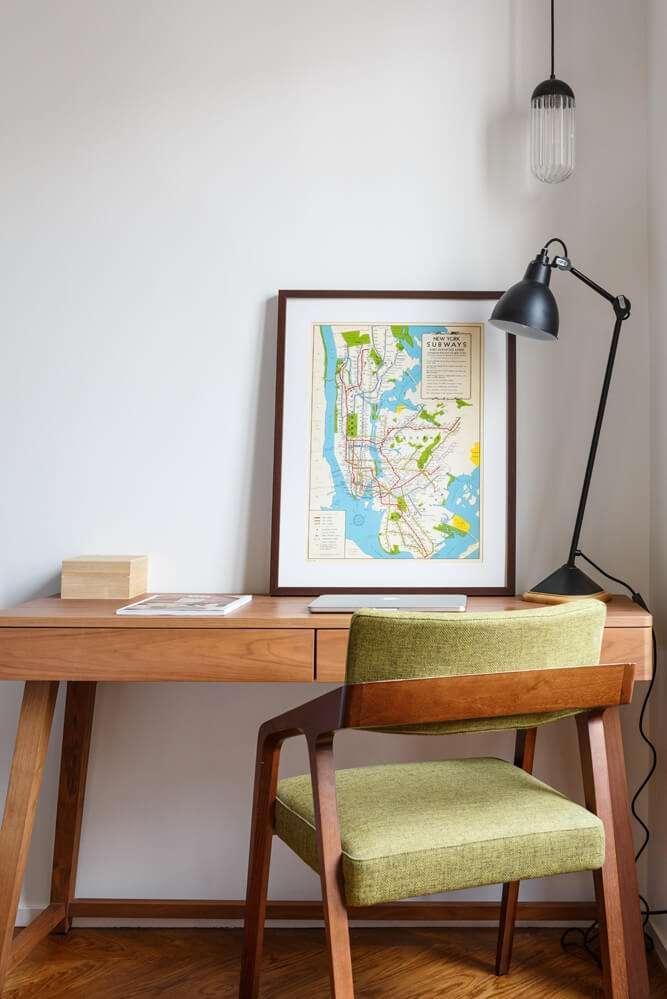 Espace bureau avec lampes design et chaise rétro