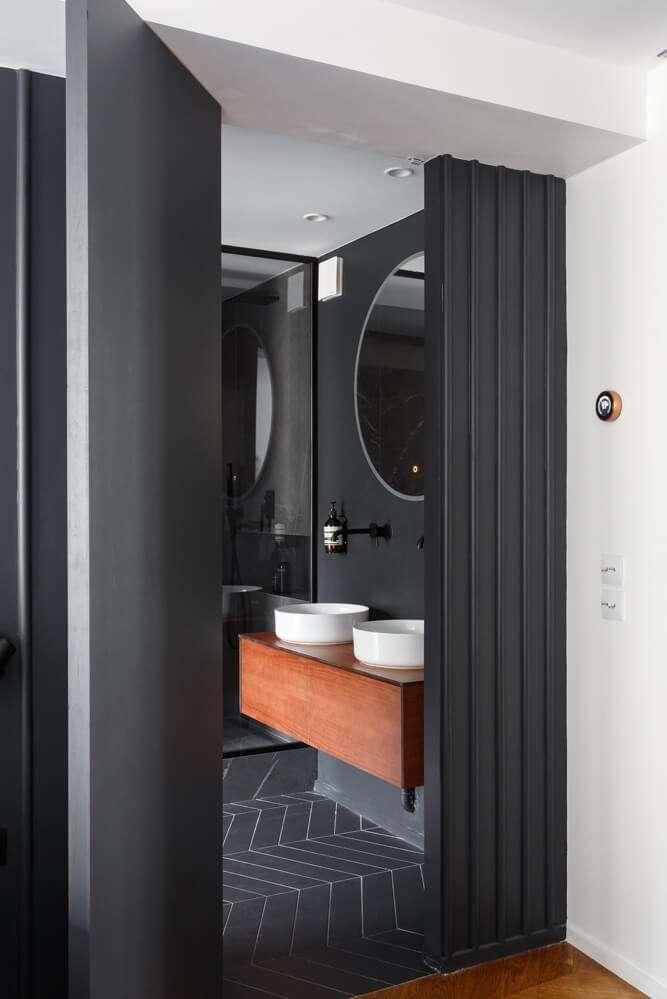 Ouverture sur la salle de bain noire