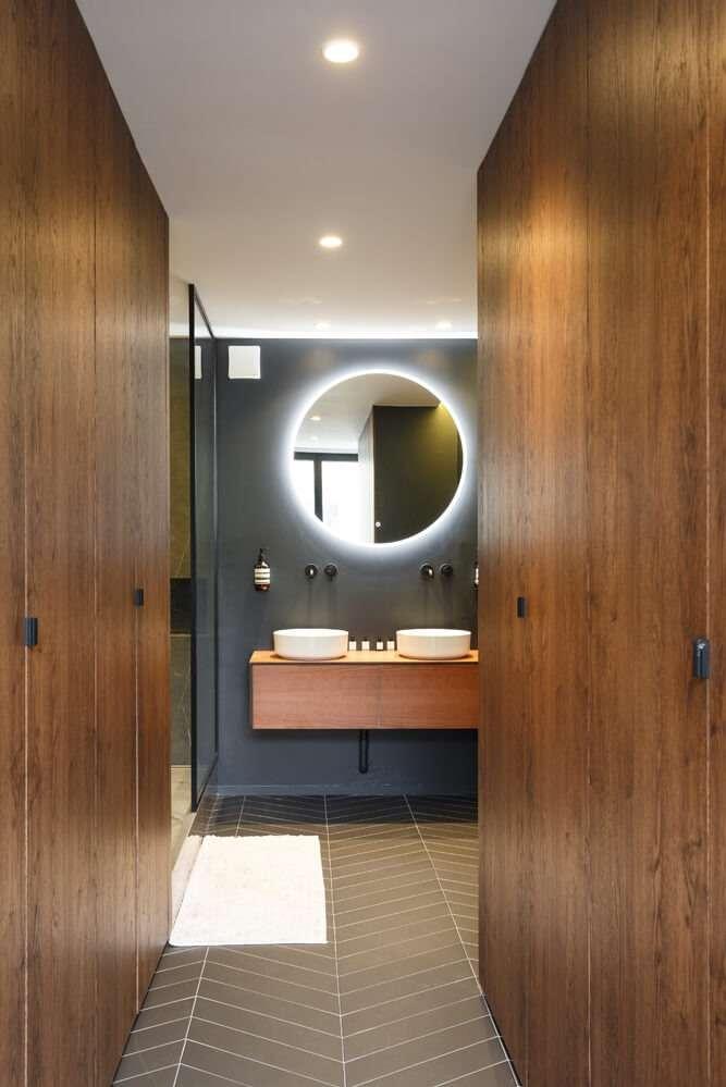 Dressing sur mesure en bois dans la salle de bain