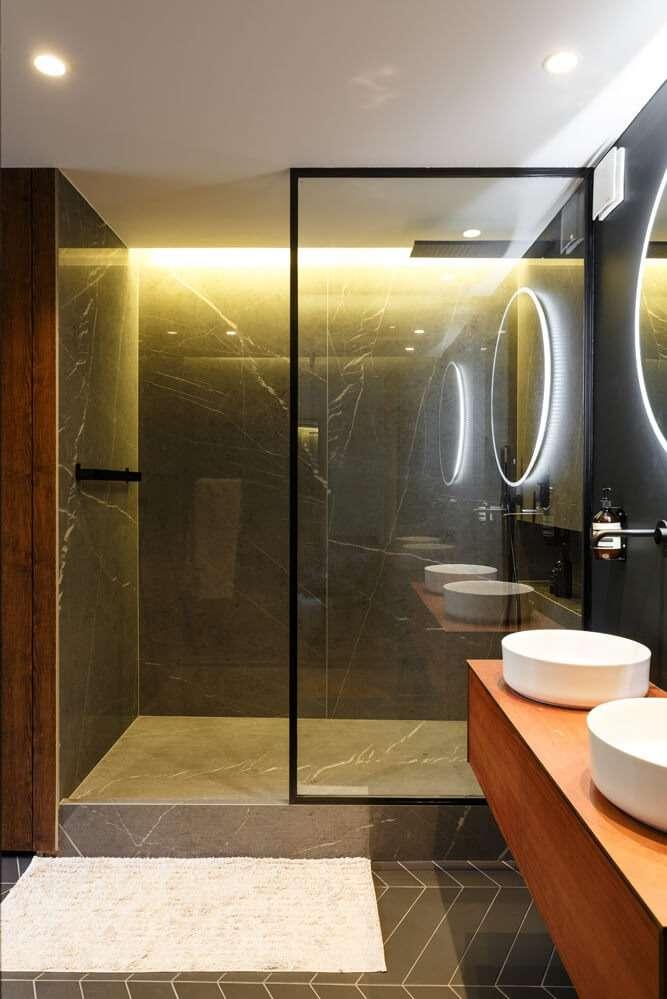 Douche à l'italienne en marbre noir