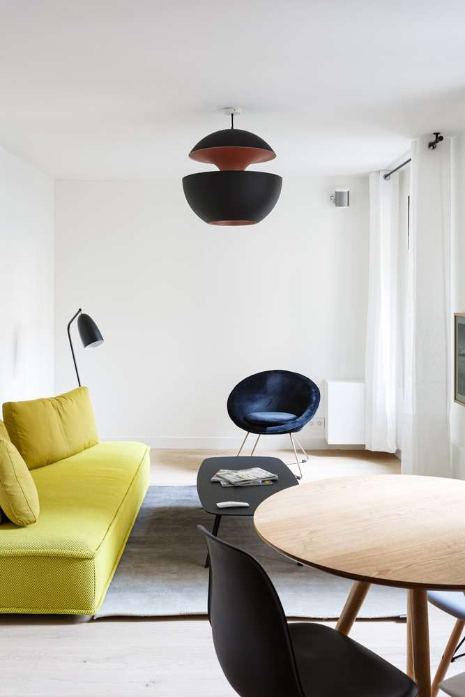 Salon contemporain avec meubles colorés