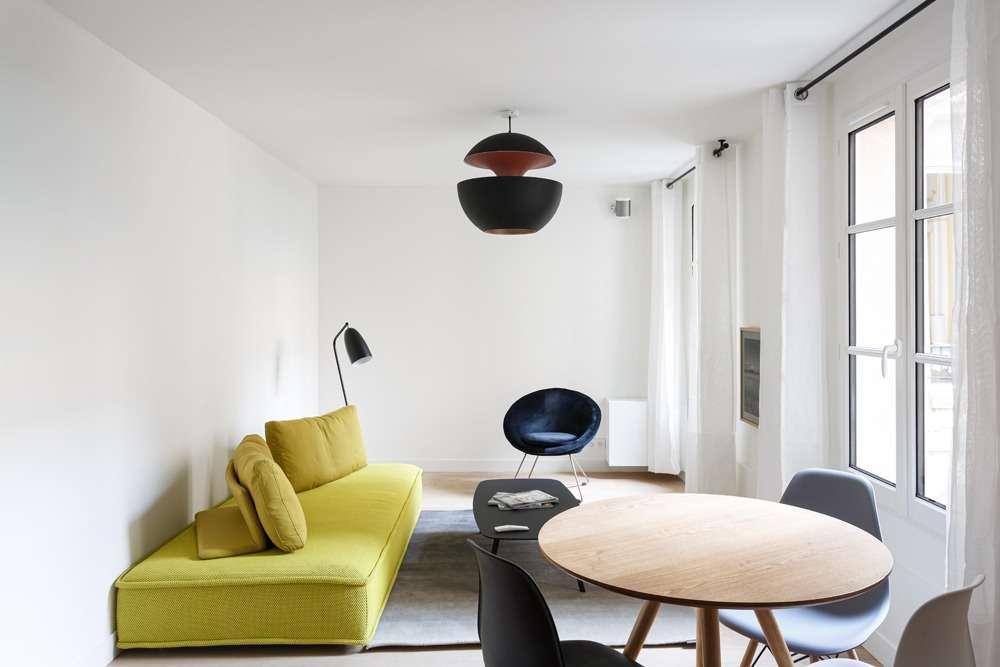 Salon design et épuré avec des meubles de couleur