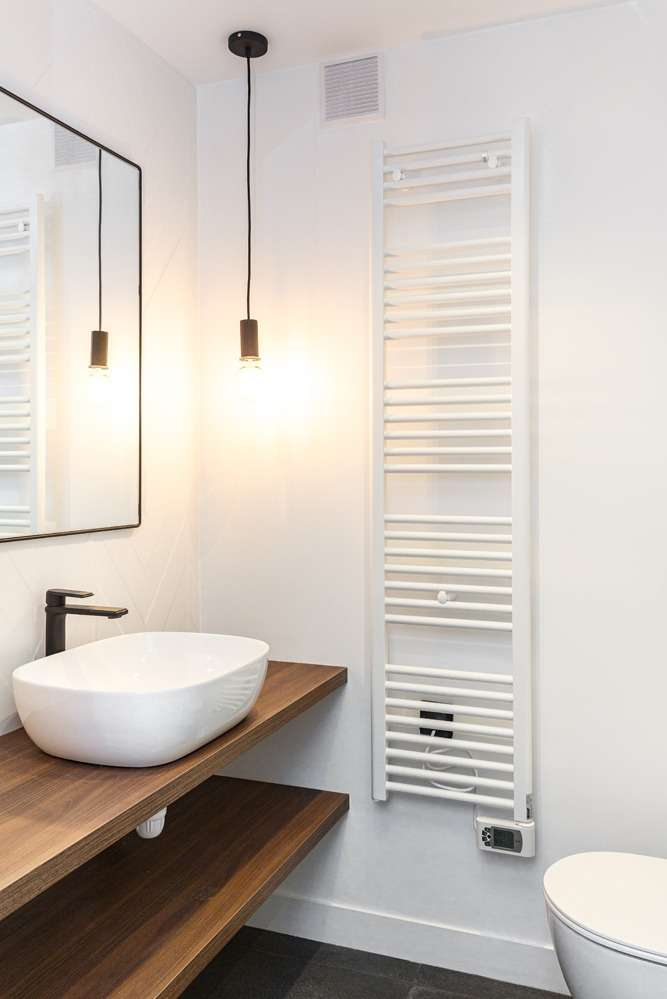 Salle de bain moderne blanche et bois