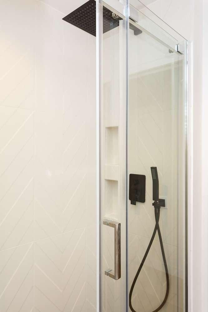 Douche contemporaine noire et blanche