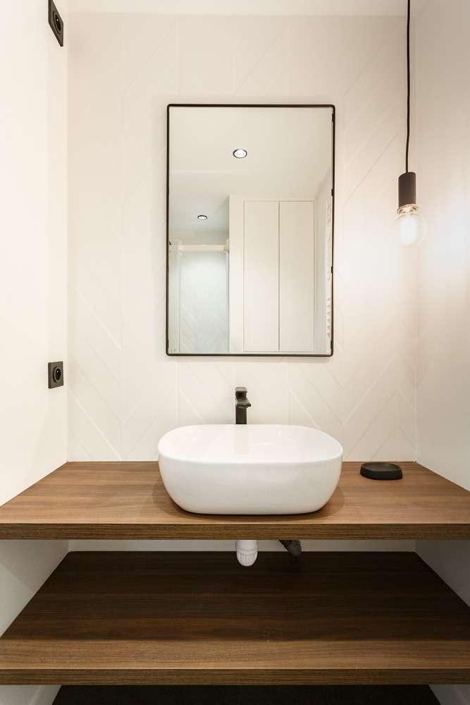 Vasque ronde moderne avec carrelage géométrique