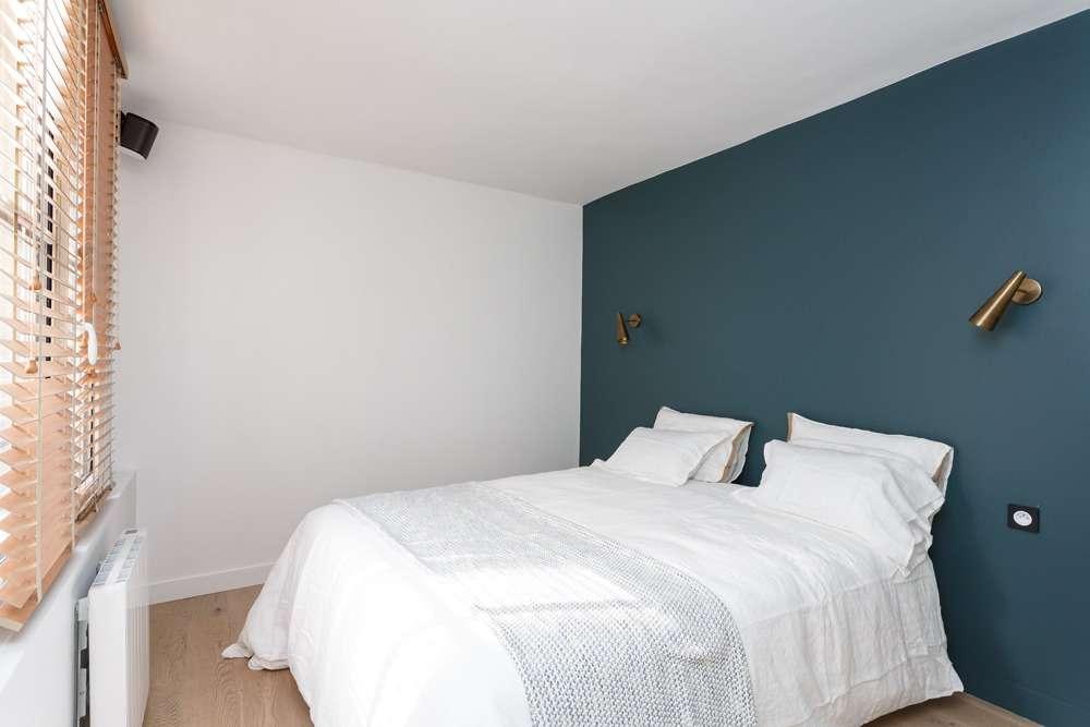 Chambre parentale moderne avec mur bleu