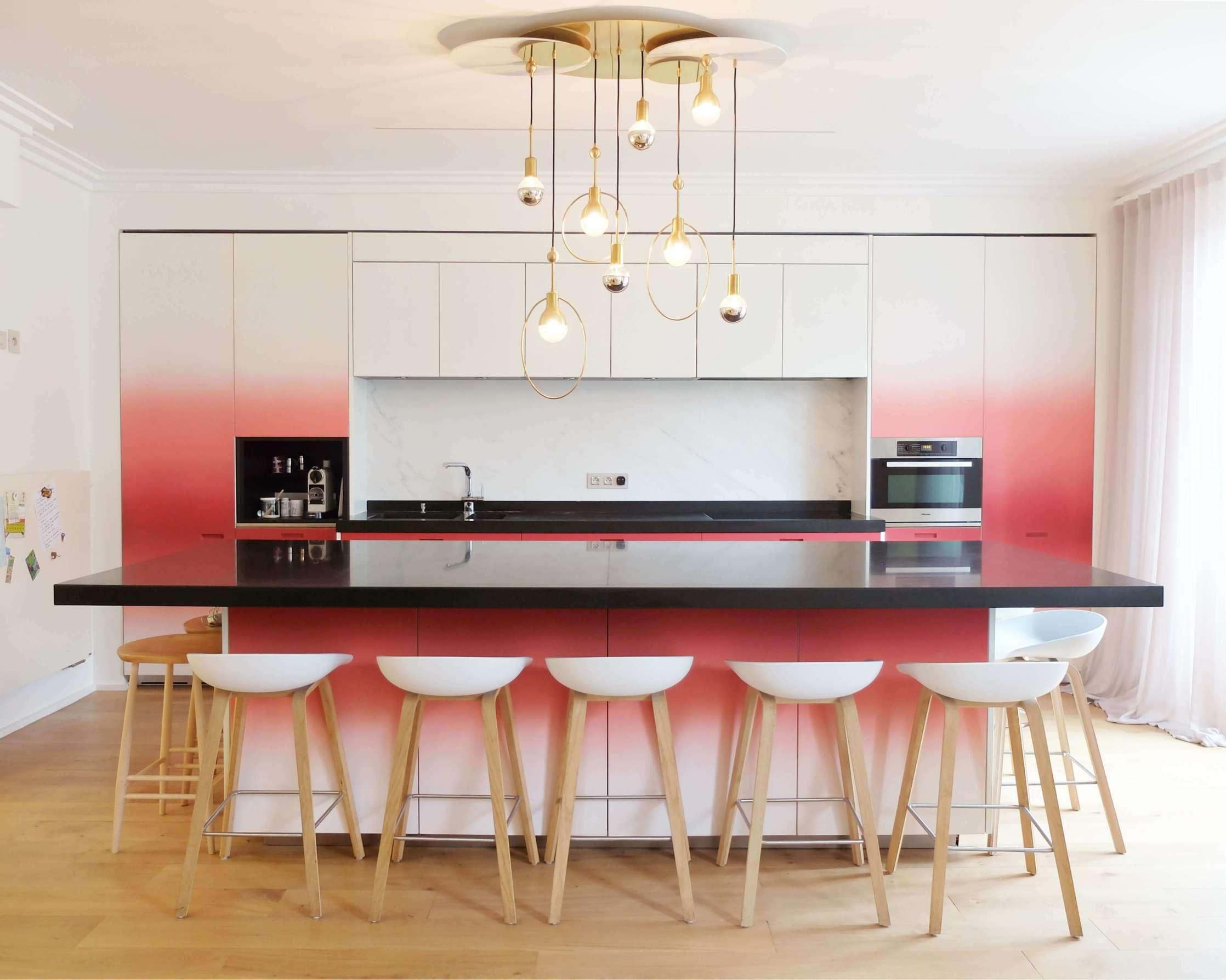 Cuisine contemporaine blanche et rouge par un artiste