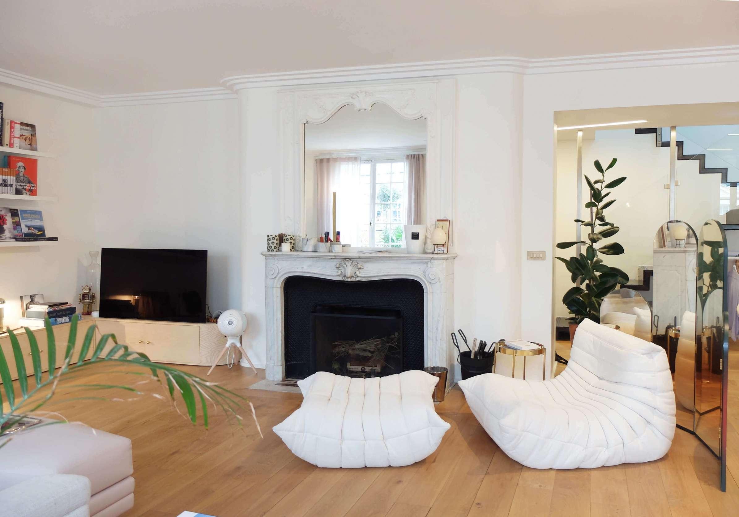 Salon contemporain avec parquet et cheminée