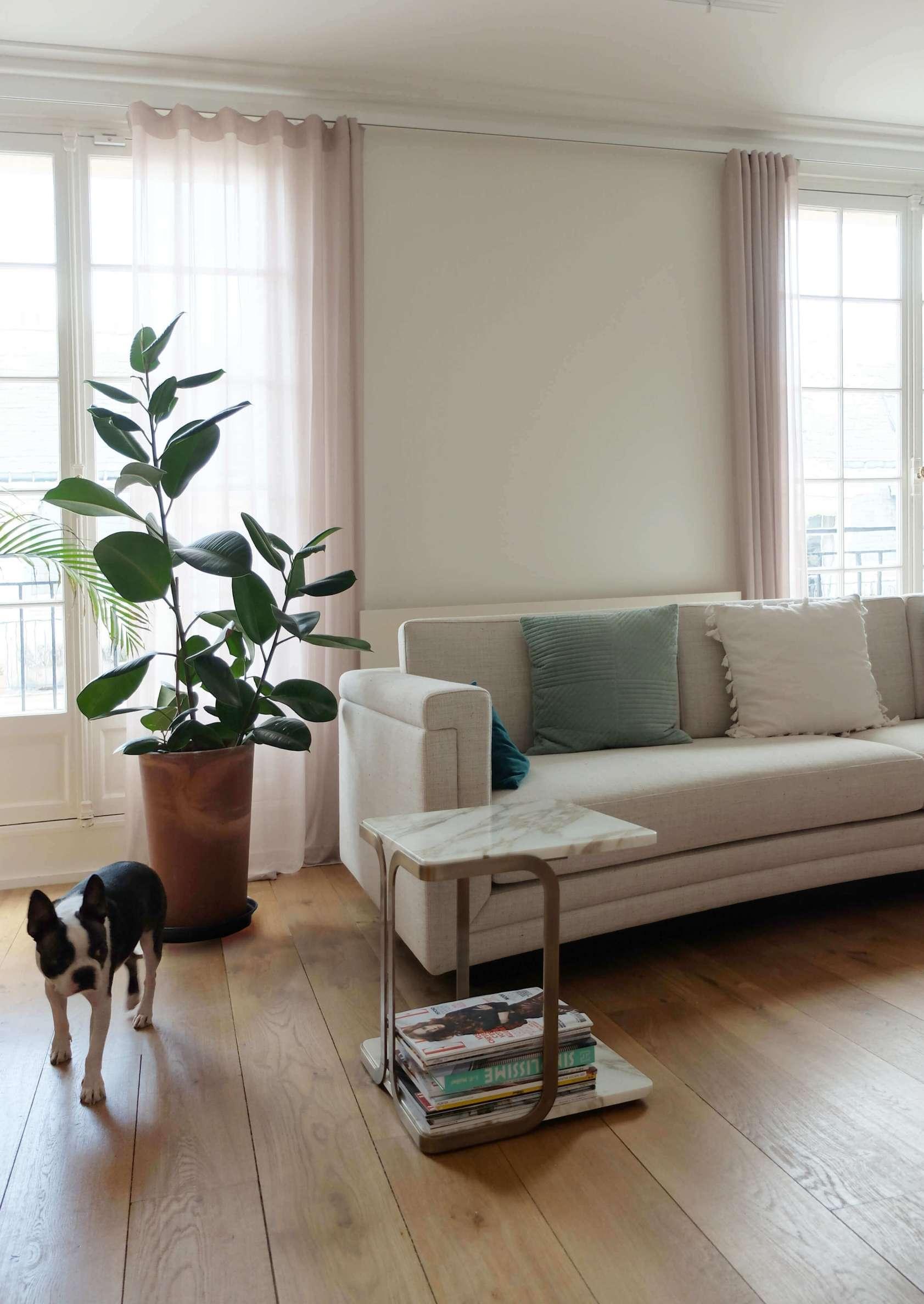 Salon moderne avec bout de canapé en marbre