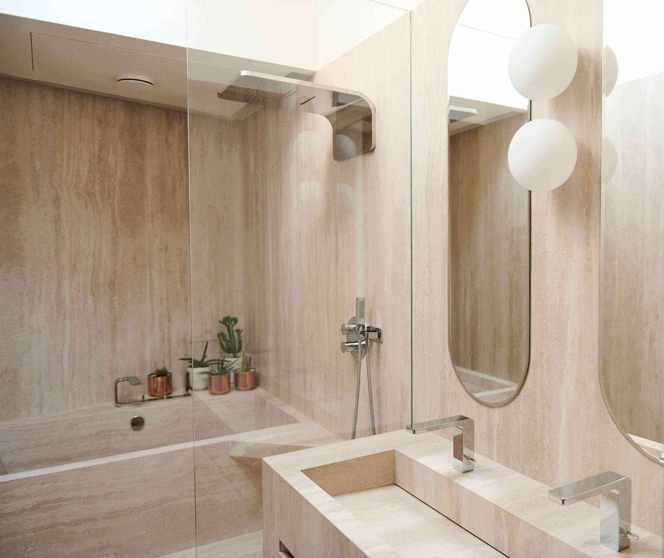Salle de bain entièrement en pierre sur mesure