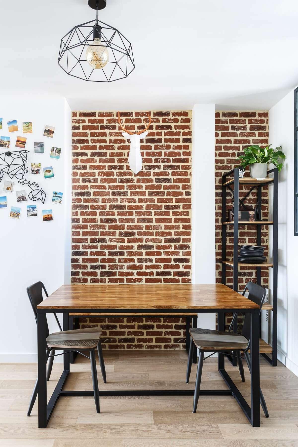 Salle à manger industrielle avec mur en briques