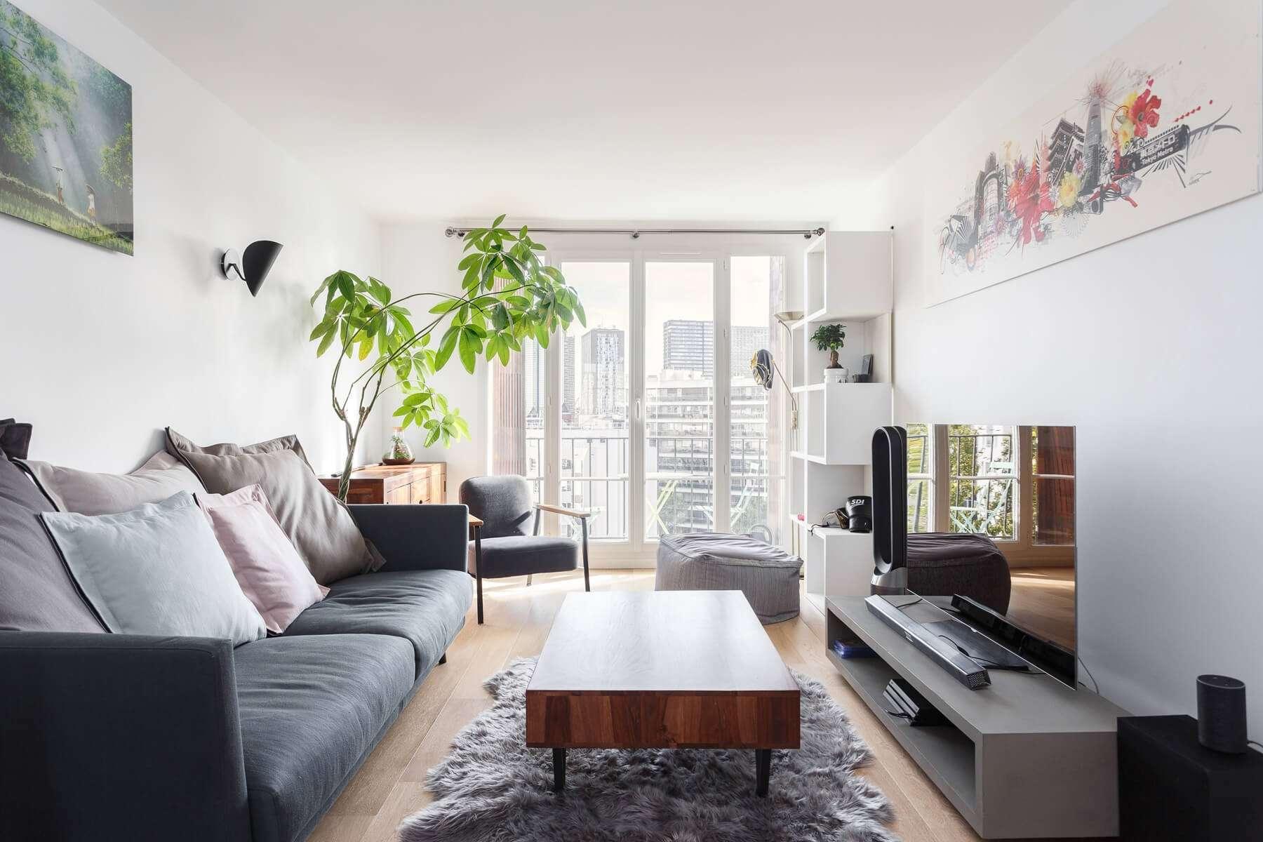 Salon moderne avec balcon