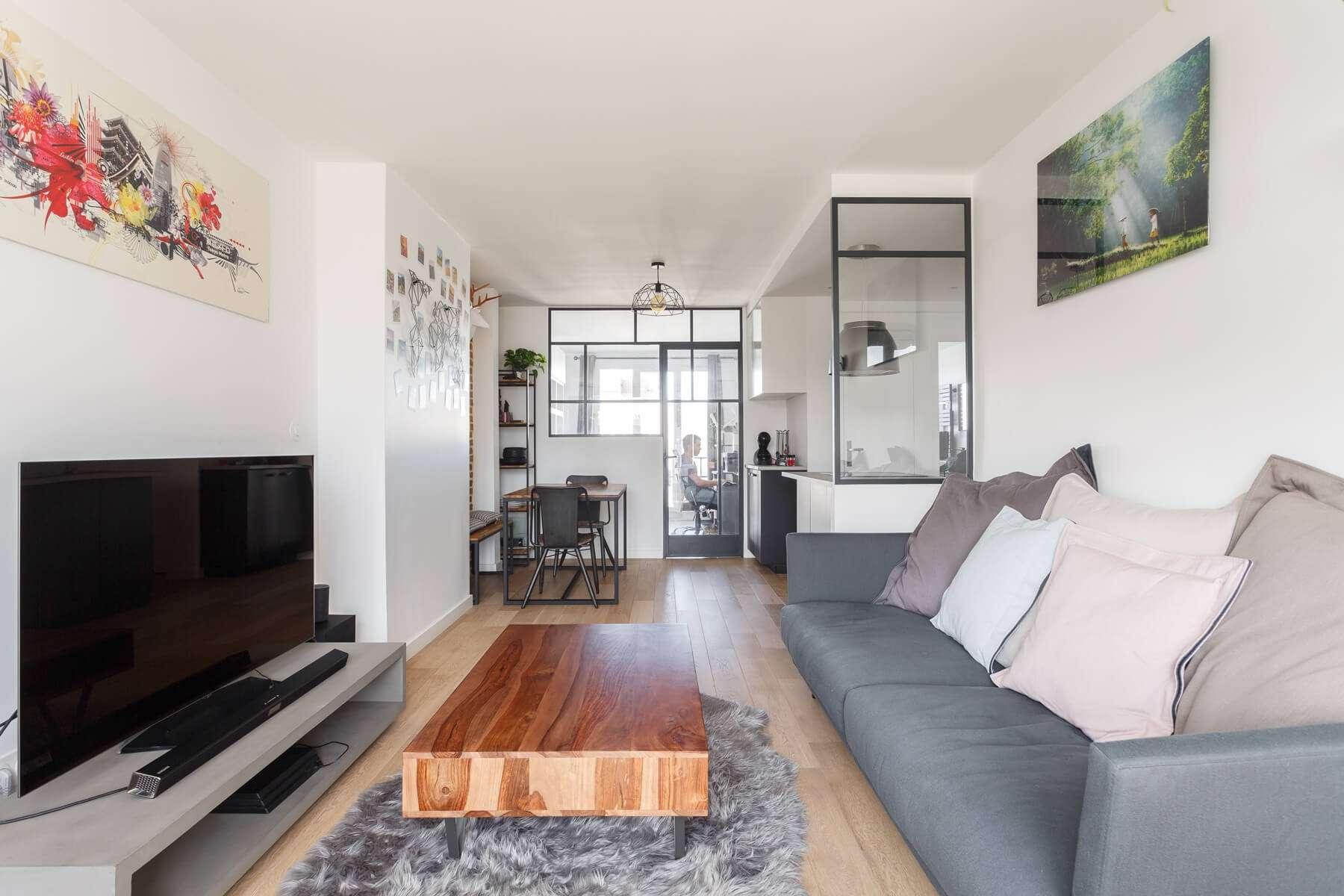 Salon moderne ouvert avec verrières