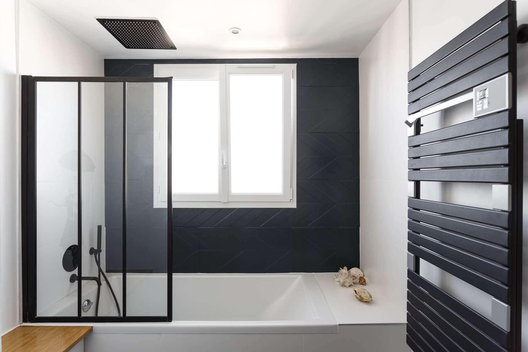Salle de bain contemporaine noire et blanche