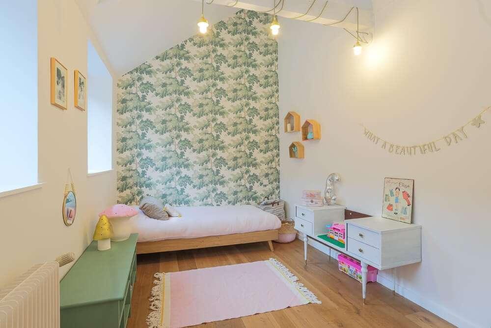 Chambre d'enfant avec papier peint végétal