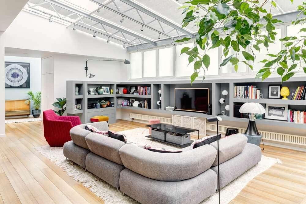 Grand salon familial d'un loft industriel