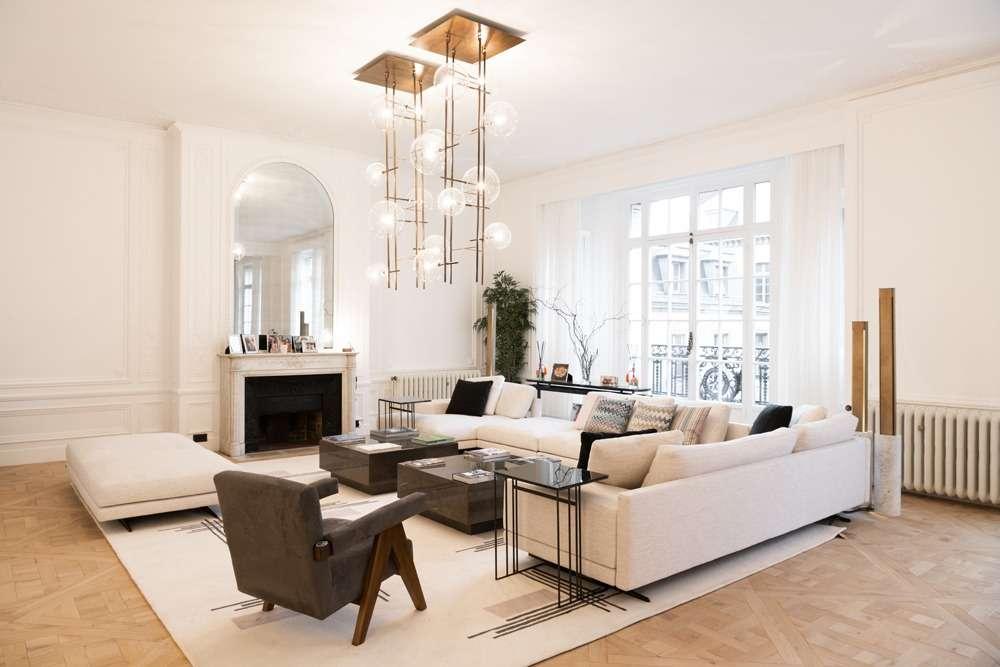 Salon blanc contemporain avec parquet Versailles