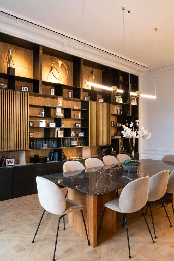 Grande salle à manger avec matériaux nobles