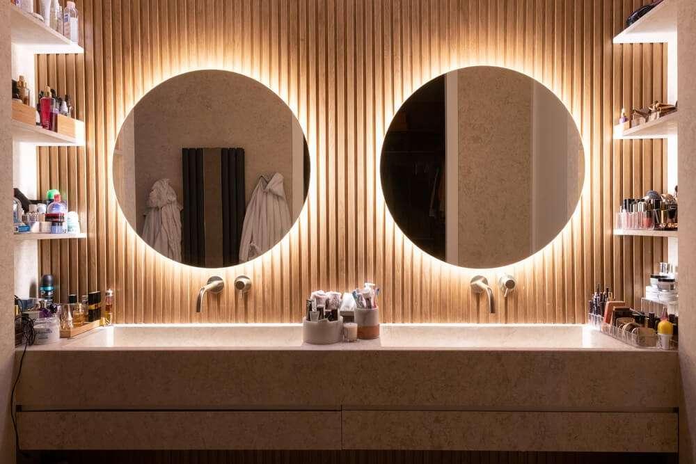 Grande vasque en pierre et cloison en bois noble