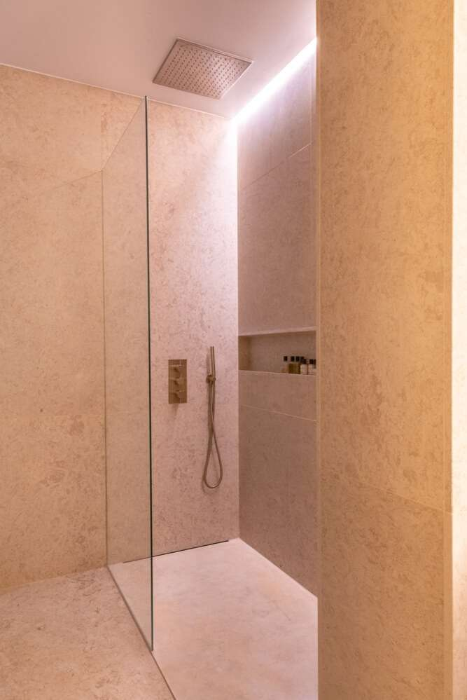 Douche à l'italienne en pierre de taille sur mesure