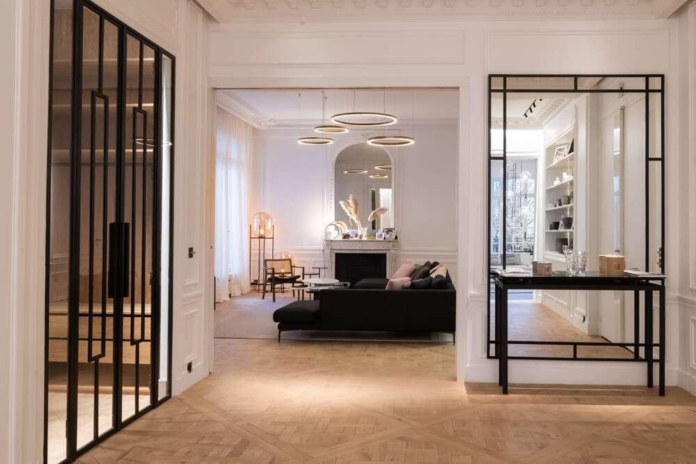 Couloir avec porte verrière ouvert sur le salon
