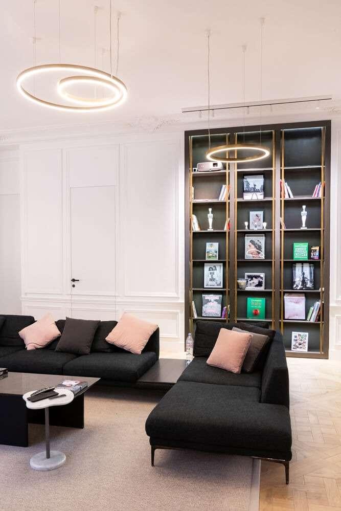 Salon avec bibliothèque intégrée contemporaine