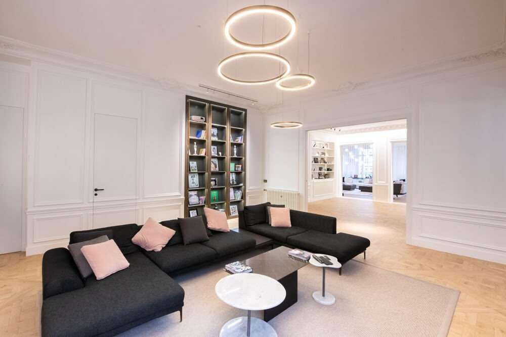 Grand salon contemporain avec matériaux nobles