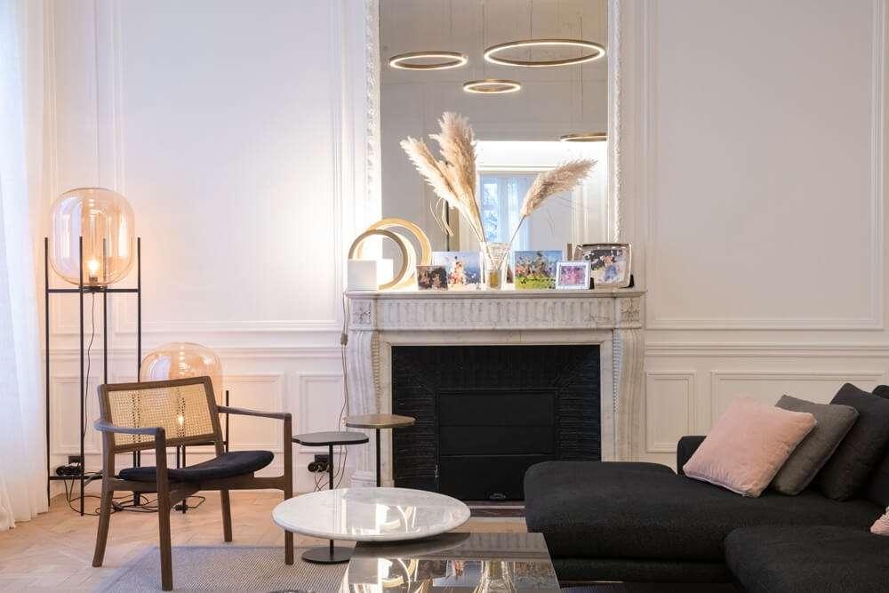Salon haussmannien avec cheminée en marbre et miroir